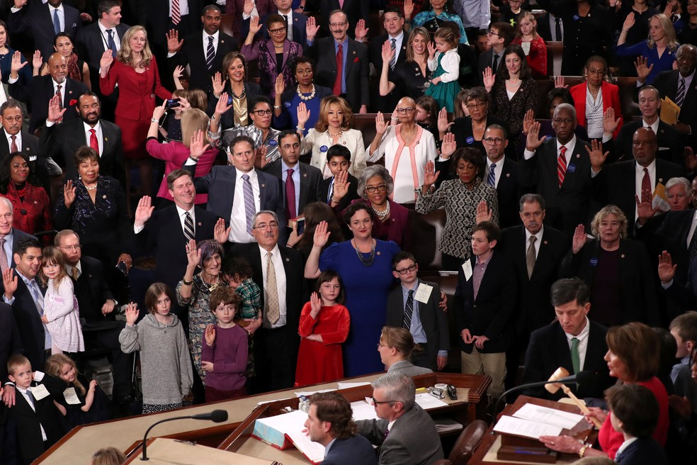 Membros da Câmara fazem juramento na posse nesta terça-feira (3), em Washington — Foto: Jonathan Ernst/Reuters