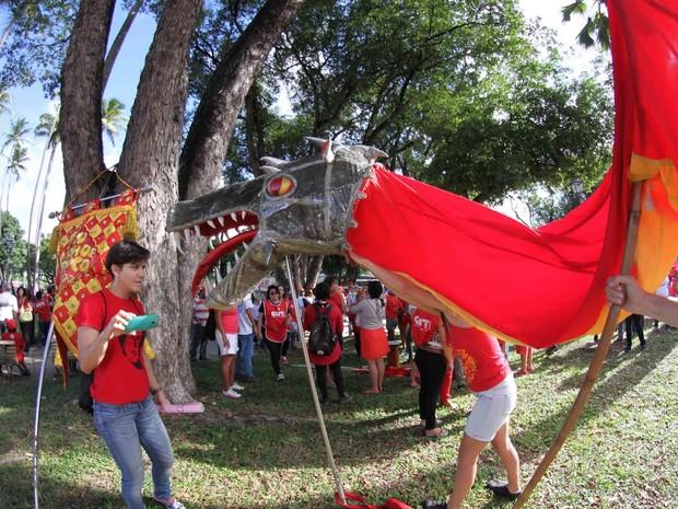 Dragão do bloco do carnaval de Olinda Eu Acho é Pouco na concentração da manifestação, na Praça do Derby (Foto: Aldo Carneiro/Pernambuco Press)