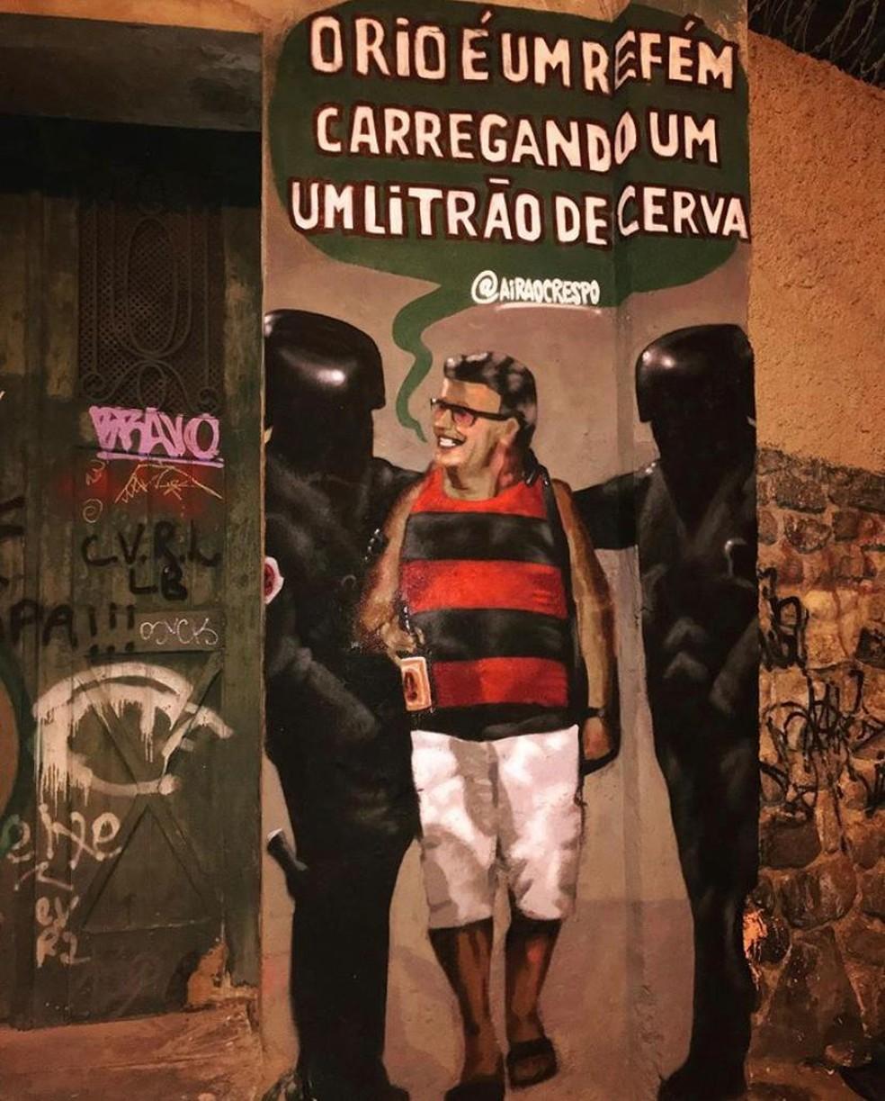Imagem de refém sendo libertado com garrafa de cerveja vira grafite no Rio — Foto: Arquivo Pessoal
