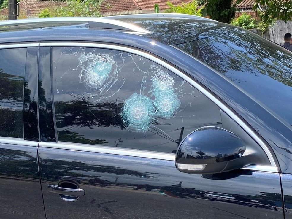 Carro da candidata à Prefeitura de São Vicente, Solange Freitas (PSDB), é alvo de balas — Foto: G1 Santos