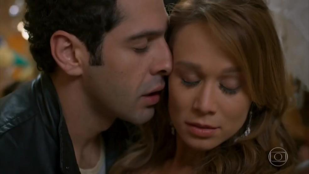 Tancinha (Mariana Ximenes) cai em si e se afasta de Beto (João Badasserini) - 'Haja Coração' — Foto: Globo
