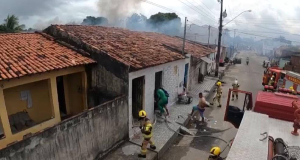 Equipes trabalhando durante o incêndio  — Foto: Sargento Lorenz/CBMSE