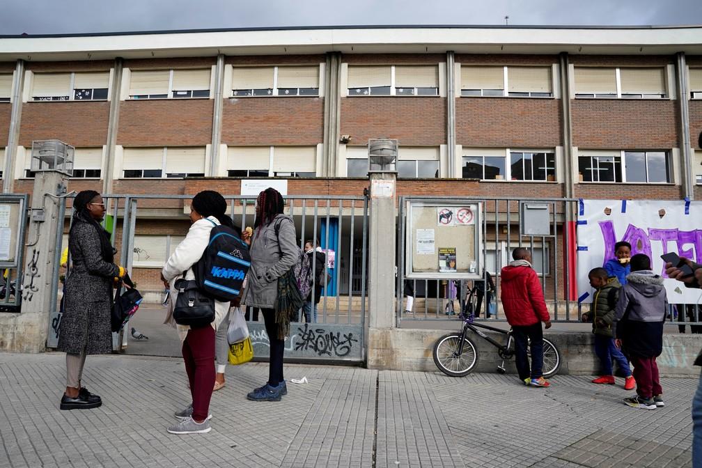 Pais e alunos deixam escola primária depois do anúncio de fechamento de escolas em Vitoria, no País Basco espanhol. — Foto: Vincent West/Reuters