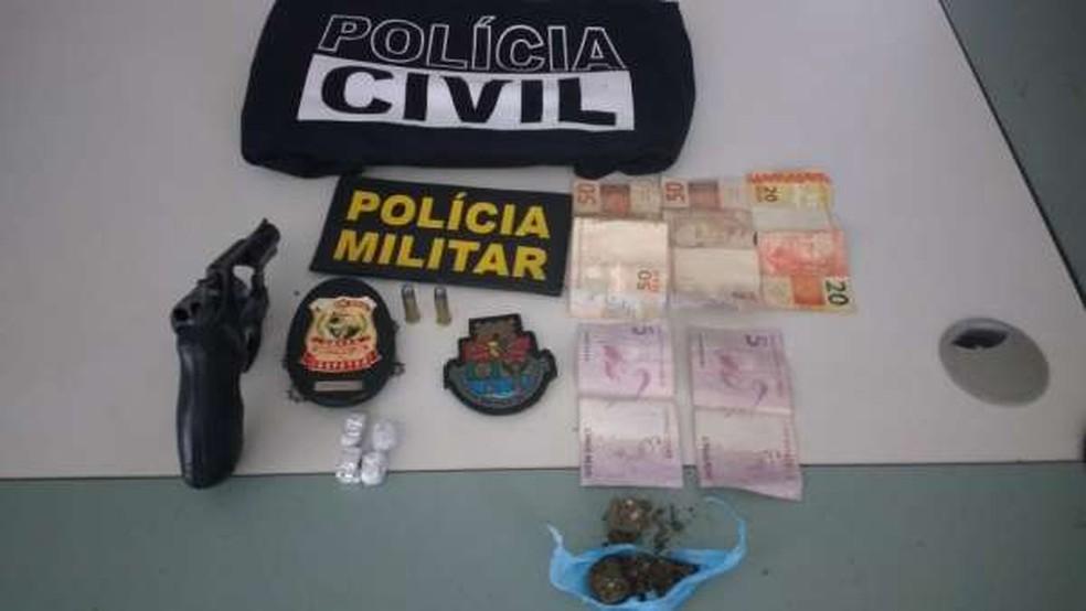 Dentro da mochila do suspeito foram encontrados uma pistola calibre 38, uma balaclava, maconha e dinheiro — Foto: Divulgação