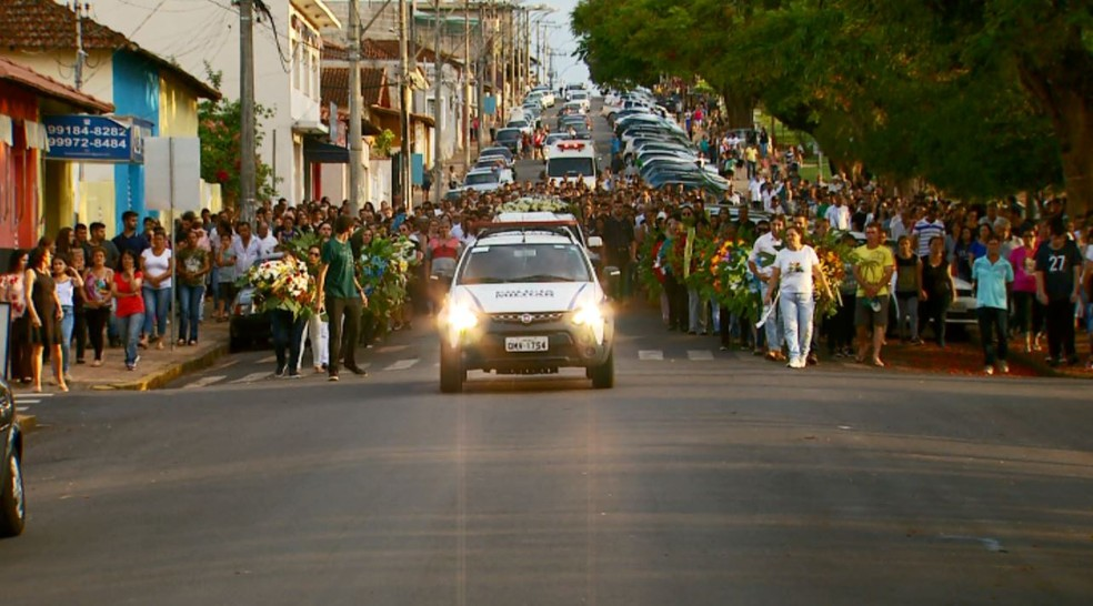 Fiéis fizeram cortejo nas ruas de Monte Belo (MG) antes de enterro de diácono — Foto: Reprodução/EPTV