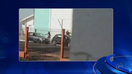 Mulher é flagrada quebrando vidros do carro do marido; vídeo