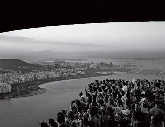 Turistas fotografam o Rio de Janeiro a partir do Pão de Açúcar (Foto: João Pina)