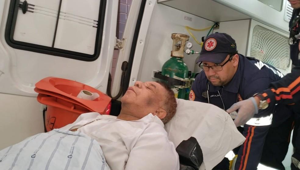 Foto do dia 21 de maio mostra cantor sendo transferido para Salvador, após sair de Barreiras — Foto: Blogbraga/ Repórter Ivonaldo Paiva