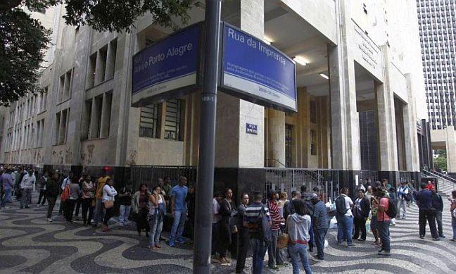 Mal o dia amanhece, centenas de desempregados já esperam na porta do Ministério do Trabalho, no Centro do Rio, para requerer do benefício do seguro desemprego (Foto: Thiago Lontra / Agência O Globo)