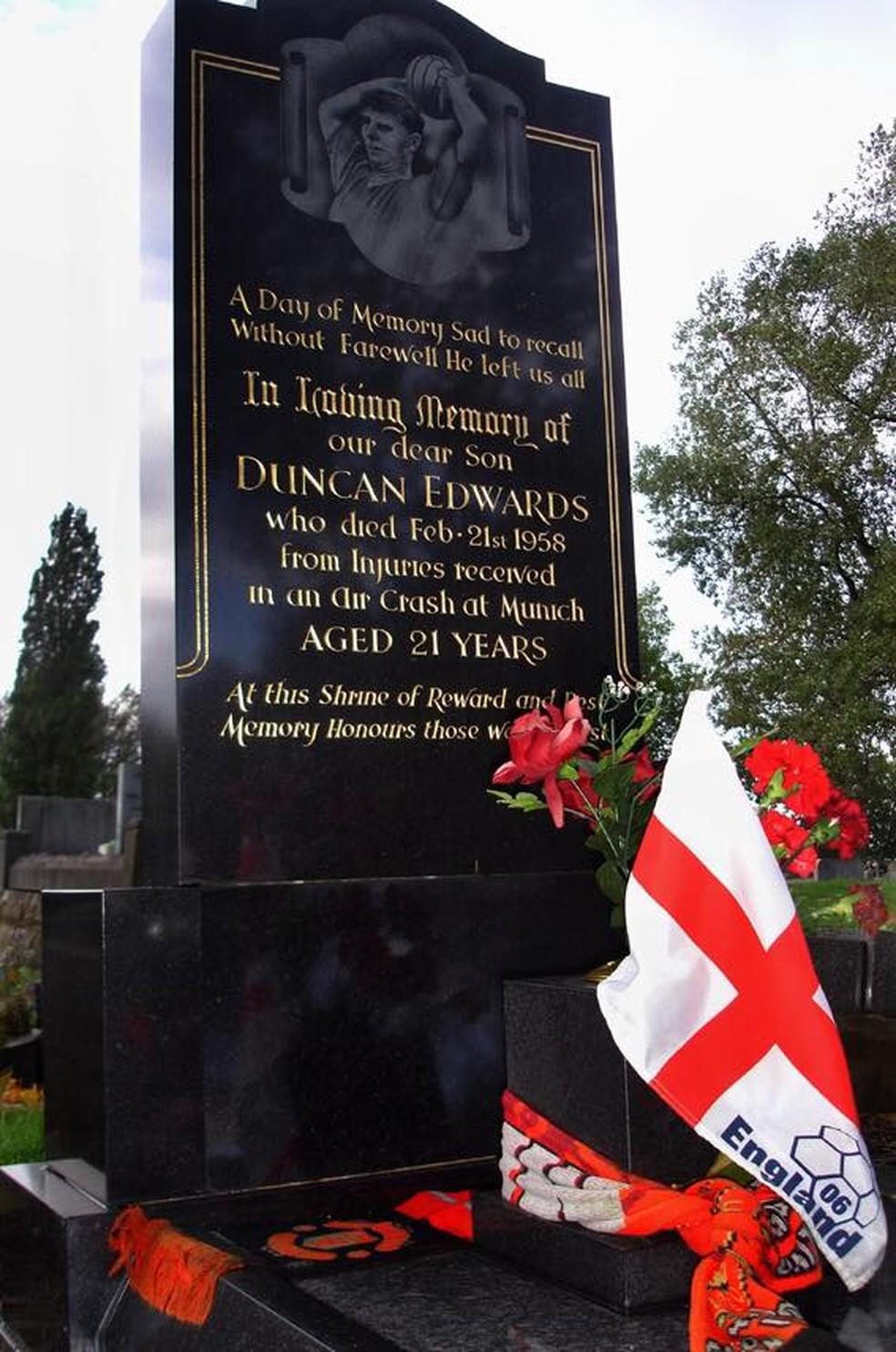 Túmulo de Duncan Edwards em Dudley (Foto: Reprodução)