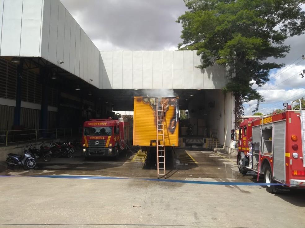 Incêndio atinge caminhão dentro dos Correios na Zona Sul de Teresina — Foto: TV Clube