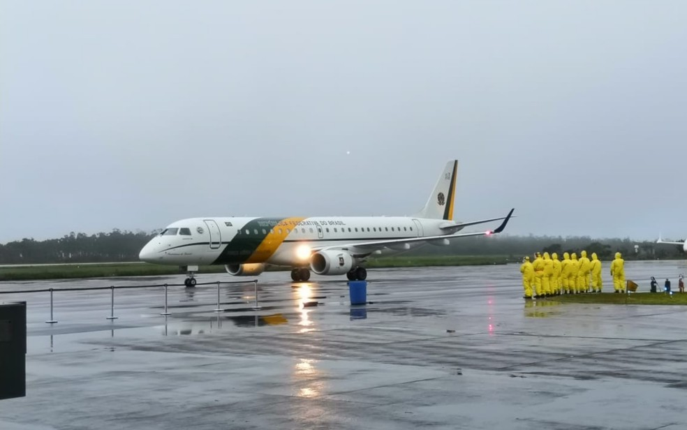 Aviões com brasileiros repatriados da China chega a Anápolis — Foto: Sílvio Túlio/G1