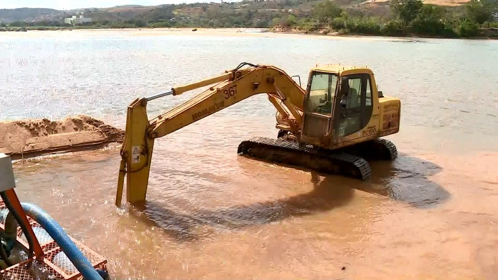 Máquinas fazem trabalho para garantir captação de água no Rio Doce, em Colatina (Foto: Reprodução/ TV Gazeta)