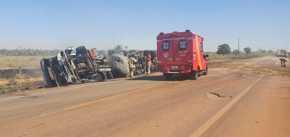 Caminhão-tanque explodiu após colidir com micro-ônibus na BR-364 — Foto: PRF/Divulgação