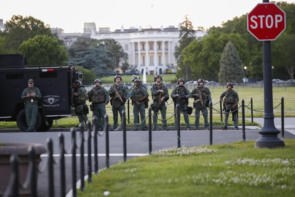 Forças de segurança monitoram jardim próximo à Casa Branca, em Washington, neste domingo (31) — Foto: Alex Brandon/AP Photo