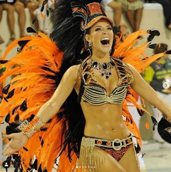 Paolla, à frente dos ritmistas no desfile vice-campeão de 2010: afinidade com a comunidade salta aos olhos