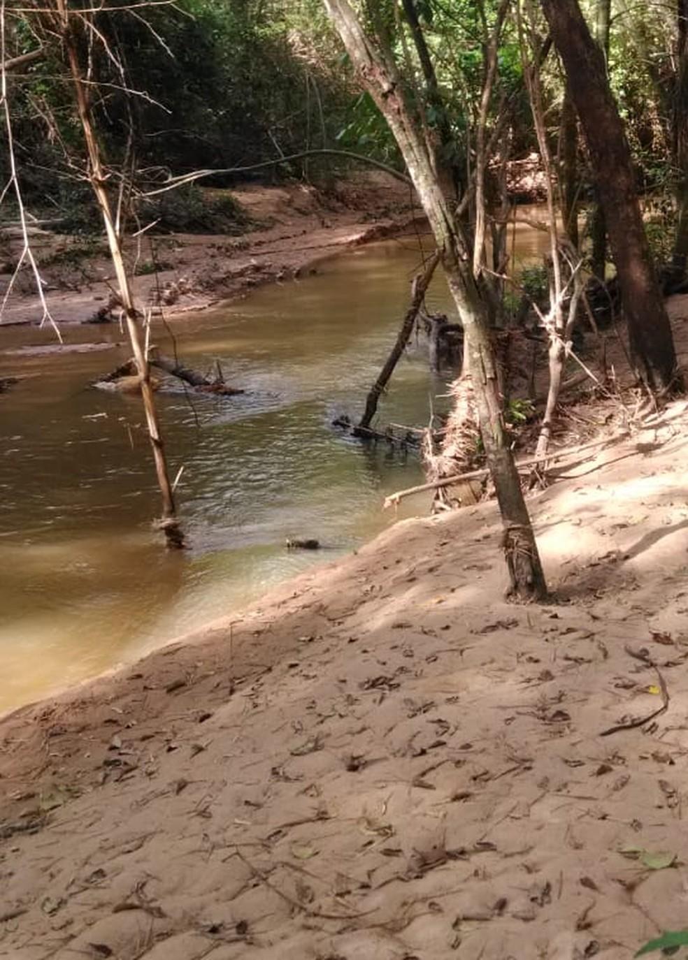 Pontos do Rio Santo Anastácio sofrem com o assoreamento — Foto: André Gonçalves Vieira/Semea