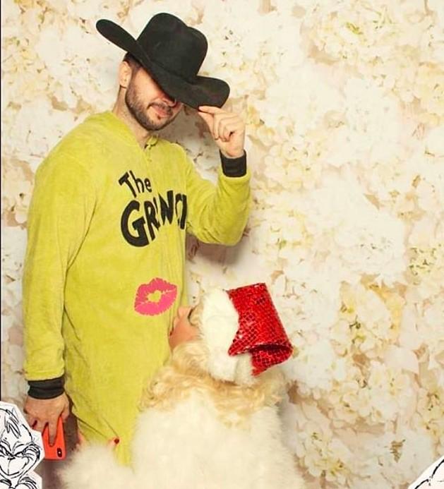A cantora Christina Aguilera com o noivo na foto natalina polêmica protagonizada pelos dois (Foto: Instagram)