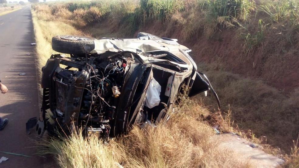 Mulher perdeu o controle do carro, capotou e bateu em barraco em rodovia de Novo Horizonte (SP) (Foto: Kall Rigamonti/Tafre Notícias/Divulgação)