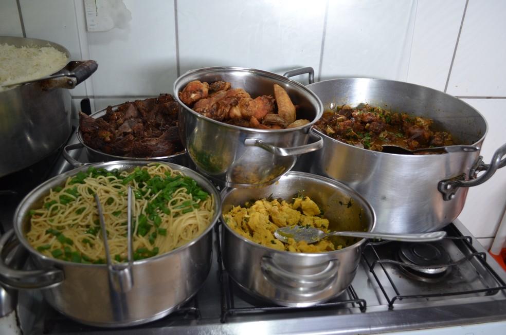 Comida caseira é oferecidade de segunda a sábado, o próprio cliente e quem se serve (Foto: Hosana Morais/G1)