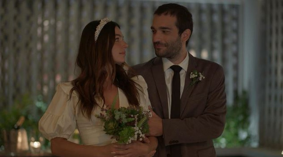 Sandro (Humberto Carrão) e Betina (Isis Valverde) se olham apaixonados em 'Amor de Mãe' — Foto: Globo