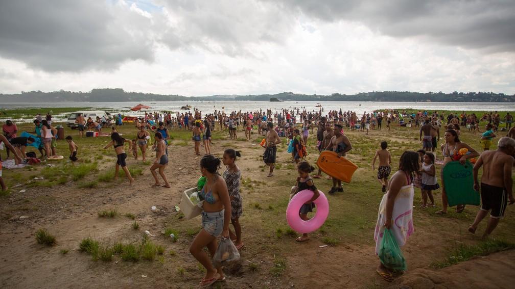 73c9d11238e2 ... Frequentadores da Praia do Sol, na Represa Guarapiranga, saindo da praia  com a chegada