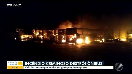 Incêndio criminoso destrói ônibus na garagem da empresa no domingo em Jacobina