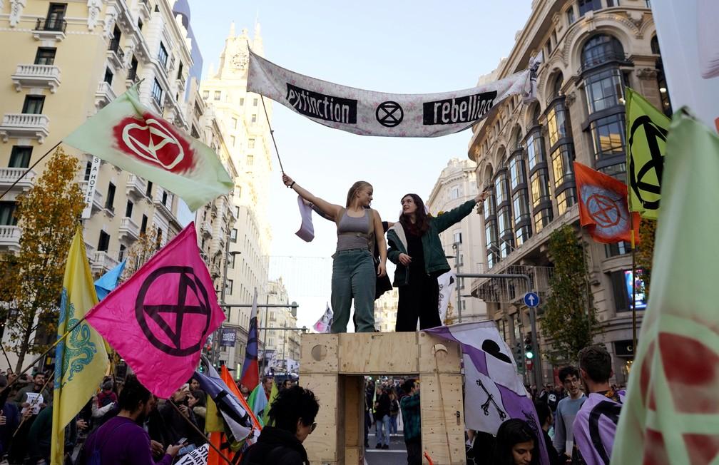 Protesto deste sábado se concentra na rua Gran Vía, no centro de Madri — Foto: Juan Medina/Reuters