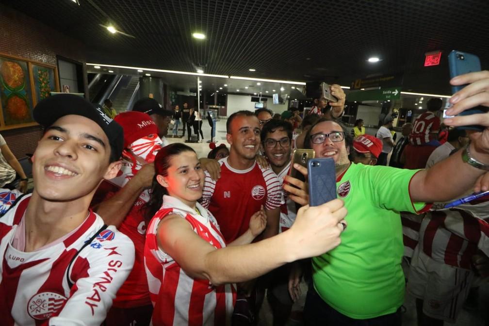 Matheus Carvalho é assediado por torcedores — Foto: Aldo Carneiro / Pernambuco Press
