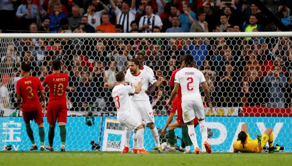 Ricardo Rodriguez empata para a Suíça em cobrança de pênalti — Foto: Reuters