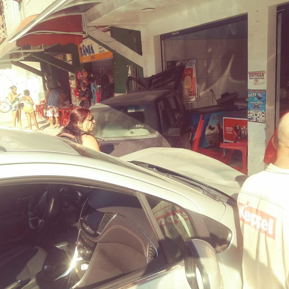 Carros batem e um deles invade padaria no bairro Parque Mambucaba, em Angra dos Reis — Foto: Reprodução/Redes sociais