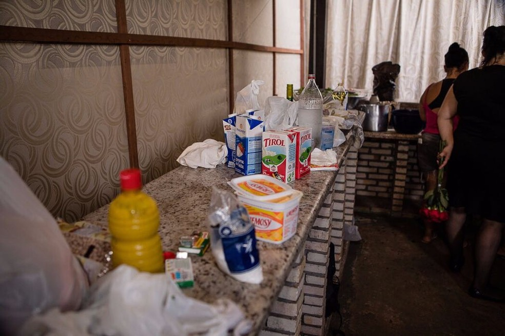 Convidados compraram allimentos e prepararam comida para o casamento (Foto: Arquivo pessoal)