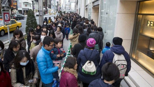 As filas para comprar uma fukubukuro podem dar voltas no quarteirão dependendo da loja (Foto: Getty Images via BBC News Brasil )