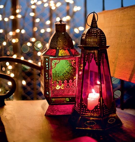 Velas dentro de lanternas coloridas são um charme