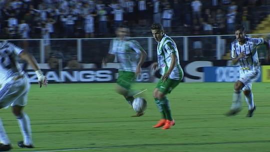 Leandro Lima chuta de fora da área e Denis espalma aos 18' do 1T