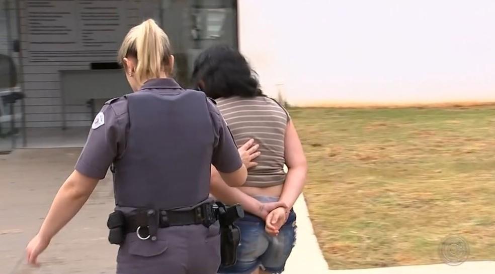 Mulher é presa suspeita de aplicar o golpe 'Boa Noite Cinderela' em Tatuí (Foto: Reprodução/TV TEM)