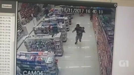 PM de folga reage a roubo com o filho no colo e mata ladrões; vídeo