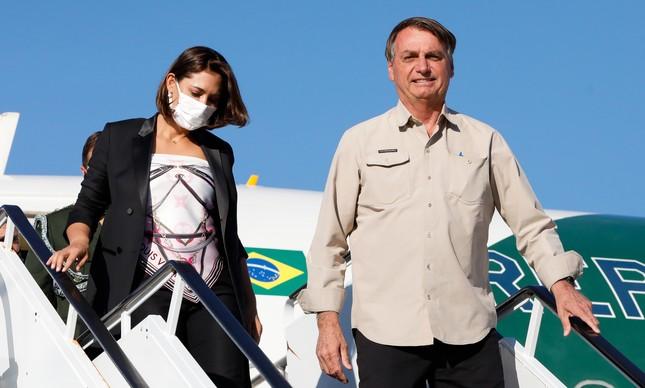 Dinheiro meu, seu nosso: Jair Bolsonaro acompanhado de. Michelle Bolsonaro desembarcam no Aeroporto Internacional John Fitzgerald Kennedy.