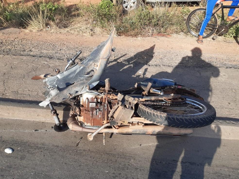 Motocicleta ficou completamente destruída após a batida com a caminhonete na BR-135 — Foto: Divulgação/Polícia Rodoviária Federal