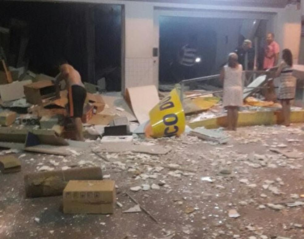 Banco de Hidrolândia ficou destruído após o ataque de criminosos (Foto: Reprodução/TVM)