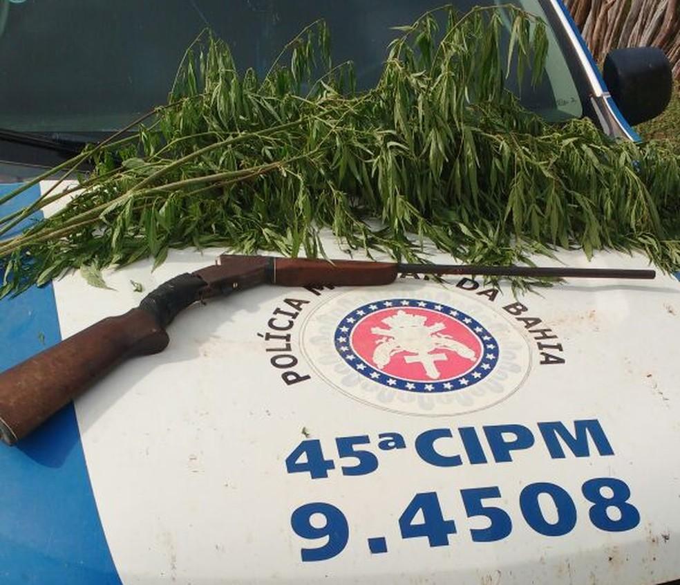 Espingarda foi apreendida durante ação (Foto: Polícia Militar/ Divulgação)