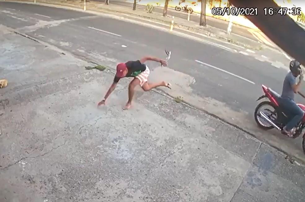 Ao pular da motocicleta para atacar as vítimas o cabresto do crinelo do suspeito quebrou, fazendo com que ele perdesse o equilíbrio e tropeçasse em uma calçada. — Foto: Reprodução