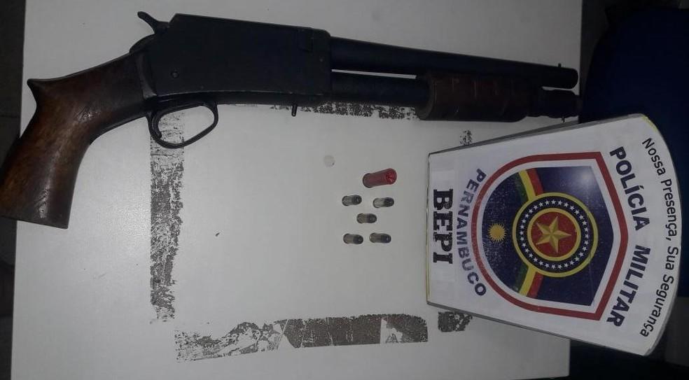 Espingarda calibre 12 foi apreendida durante operação para localizar suspeitos de atirar em PM de Alagoas durante assalto na Mata Sul de Pernambuco (Foto: PMPE/Divulgação)