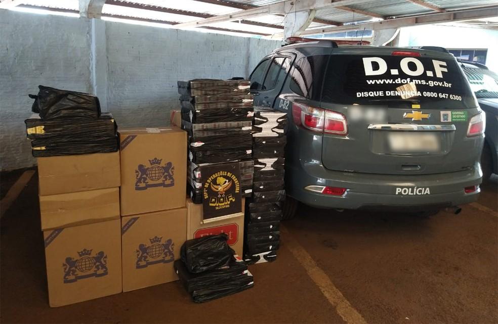 Mais de 900 pacotes de cigarros contrabandeados foram apreendidos pelo DOF em residência durante a Operação Hórus. — Foto: Departamento de Operações de Fronteira/Divulgação