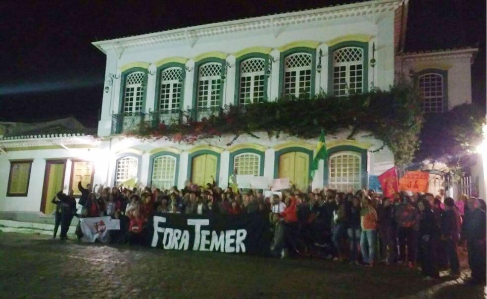 Manifestantes protestaram em frente ao Solar dos Neves em São João del Rei (Foto: Vertentes Agência de Notícias da UFSJ)