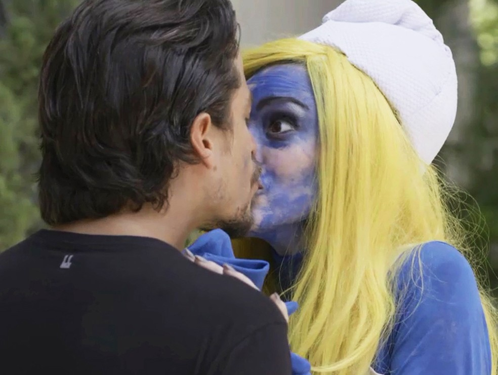Jerônimo (Jesuíta Barbosa) beija Manuzita (Isabelle Drummond), fantasiada de smurfete, em 'Verão 90' — Foto: TV Globo