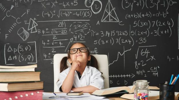 O programa oferece algumas soluções incomuns, como permitir que uma criança talentosa pule séries na escola (Foto: Getty Images via BBC News Brasil)