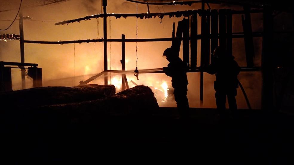 Incêndio destrói madeireira em Sinop (MT) — Foto: CBM/MT