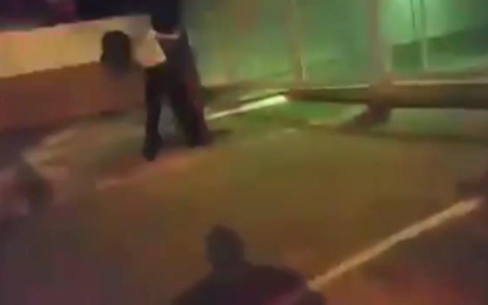Vídeo gravado por policial do DF mostra mulher de 21 anos batendo rosto em árvore para simular agressão em blitz (Foto: TV Globo/Reprodução)