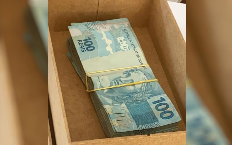 Dinheiro apreendido na sala do padre Robson, na Afipe — Foto: MP-GO/Divulgação